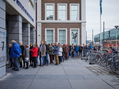 Foto van mensen in de rij voor het waterinstituut