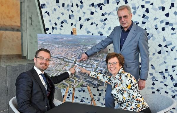 Foto van mensen die de locatie van Pieter van Foreest aanwijzen op een luchtfoto