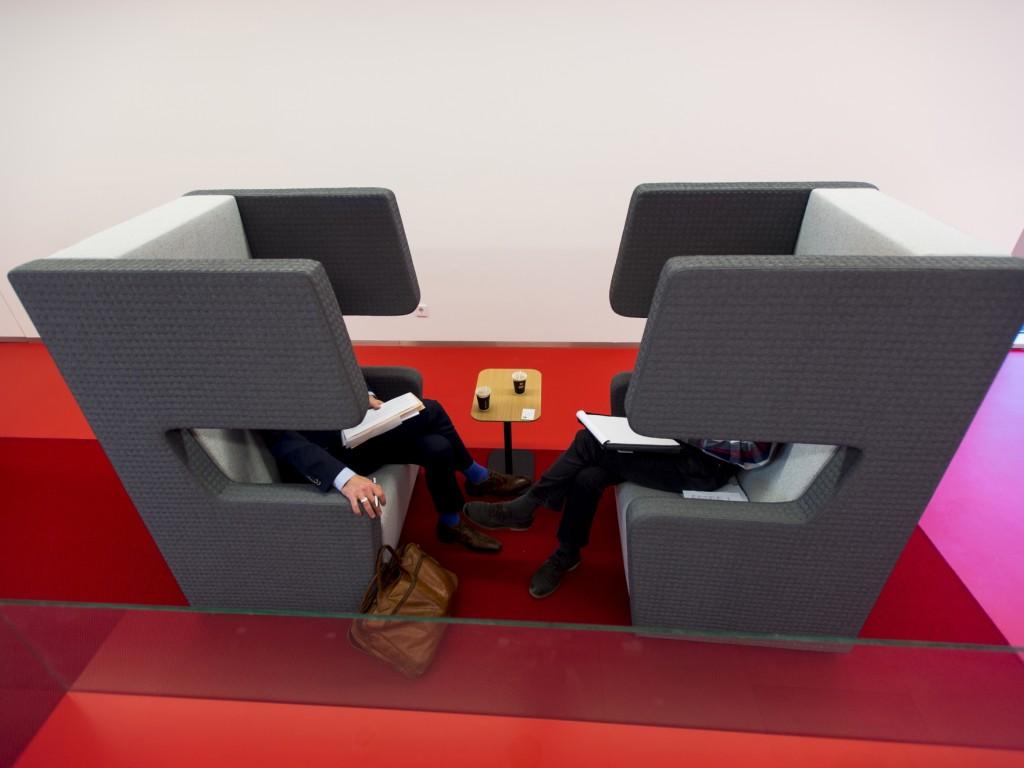 Foto van stoelen in het stadskantoor