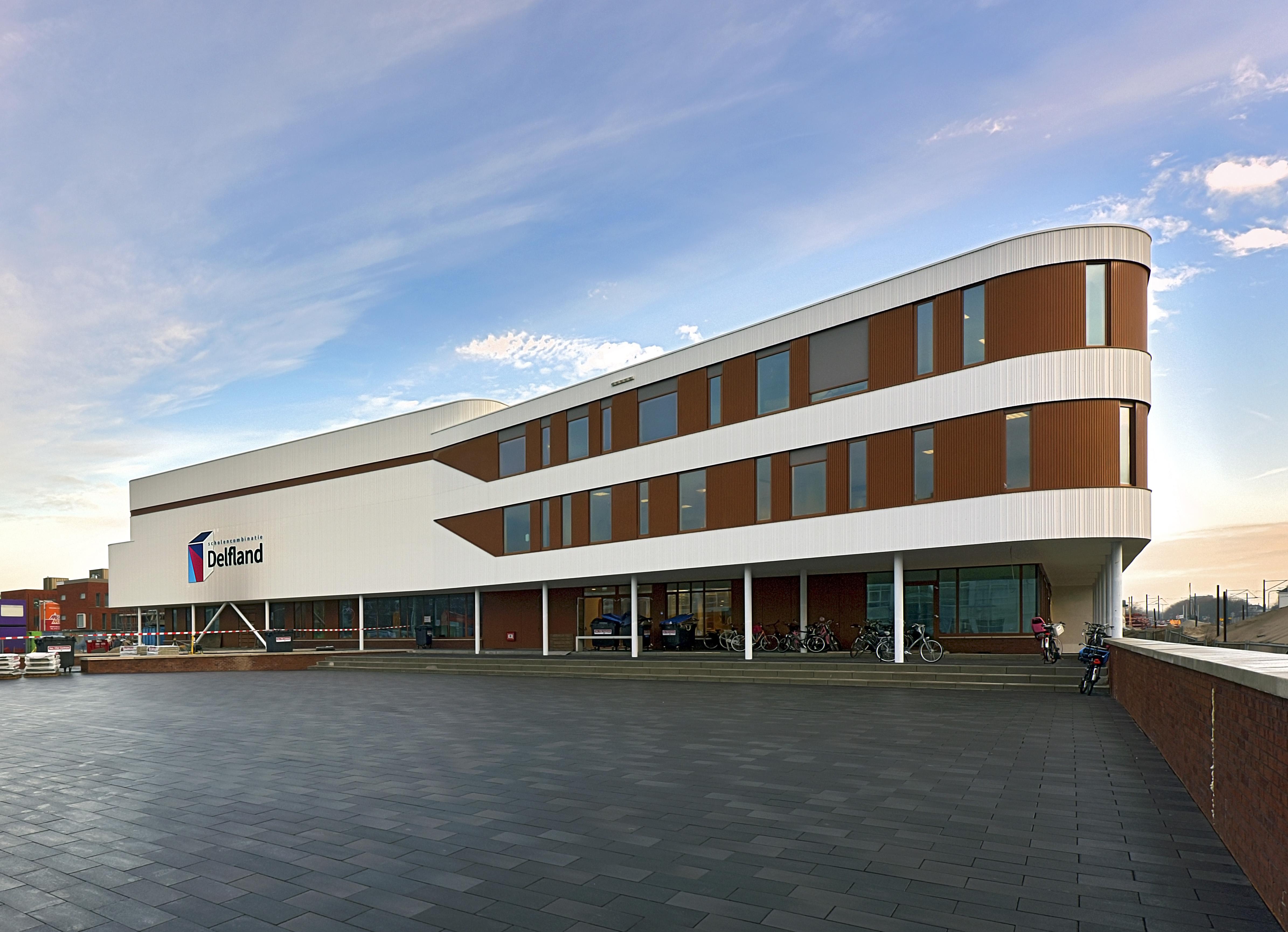 Foto van voorzijde van het Delftland college