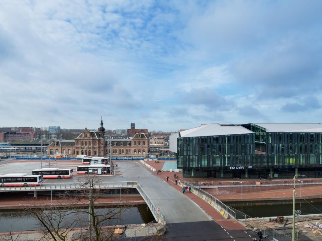 Foto van het stadskantoor en busplatform