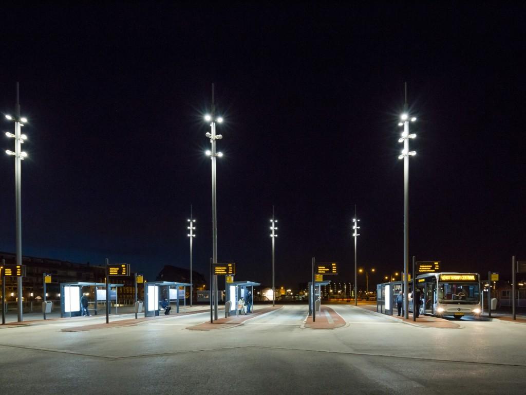 Foto van het busplatform in het donker