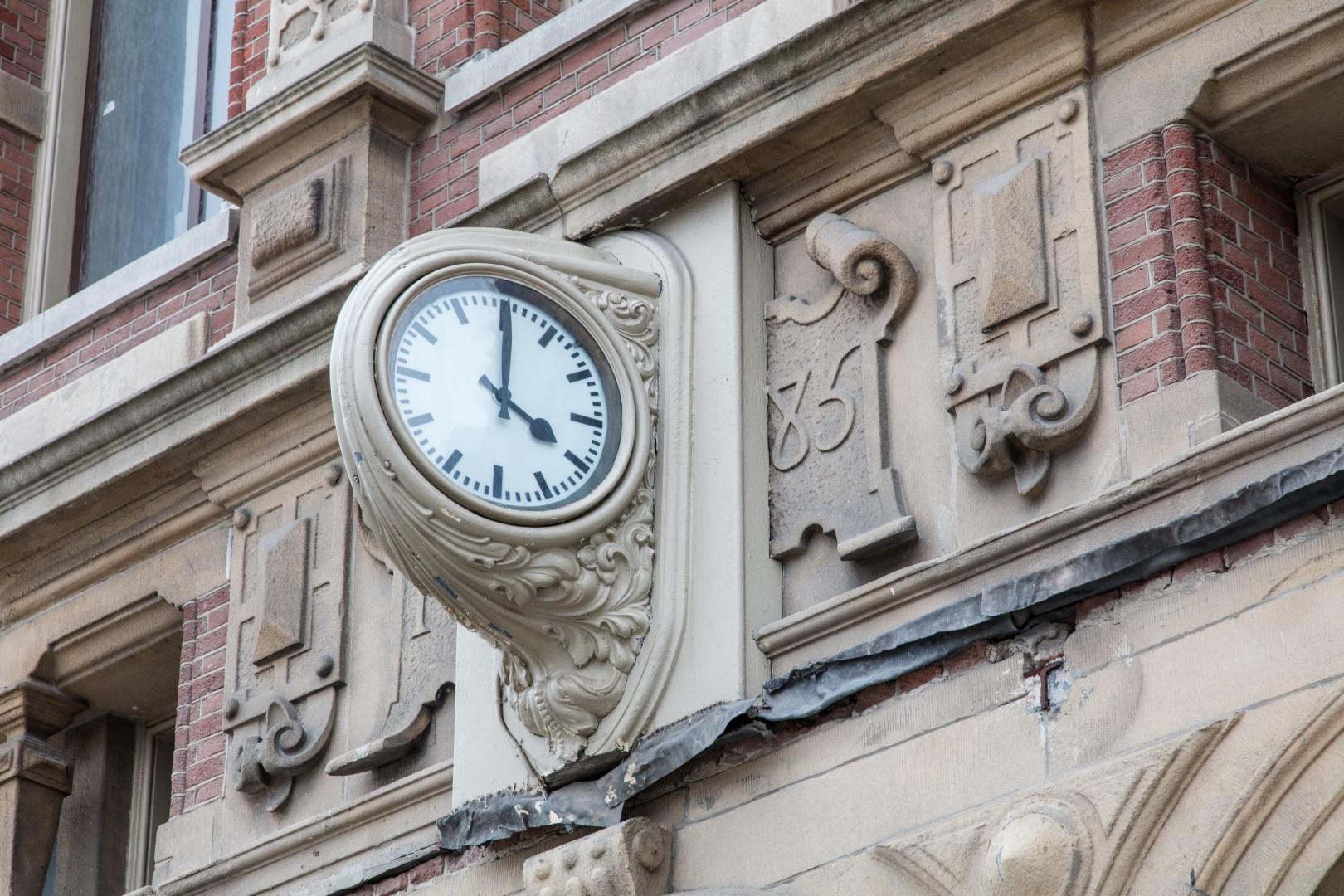 Foto van klok van het oude stationsgebouw