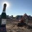 Foto van grote opblaasbare champangefles op het kale kavel