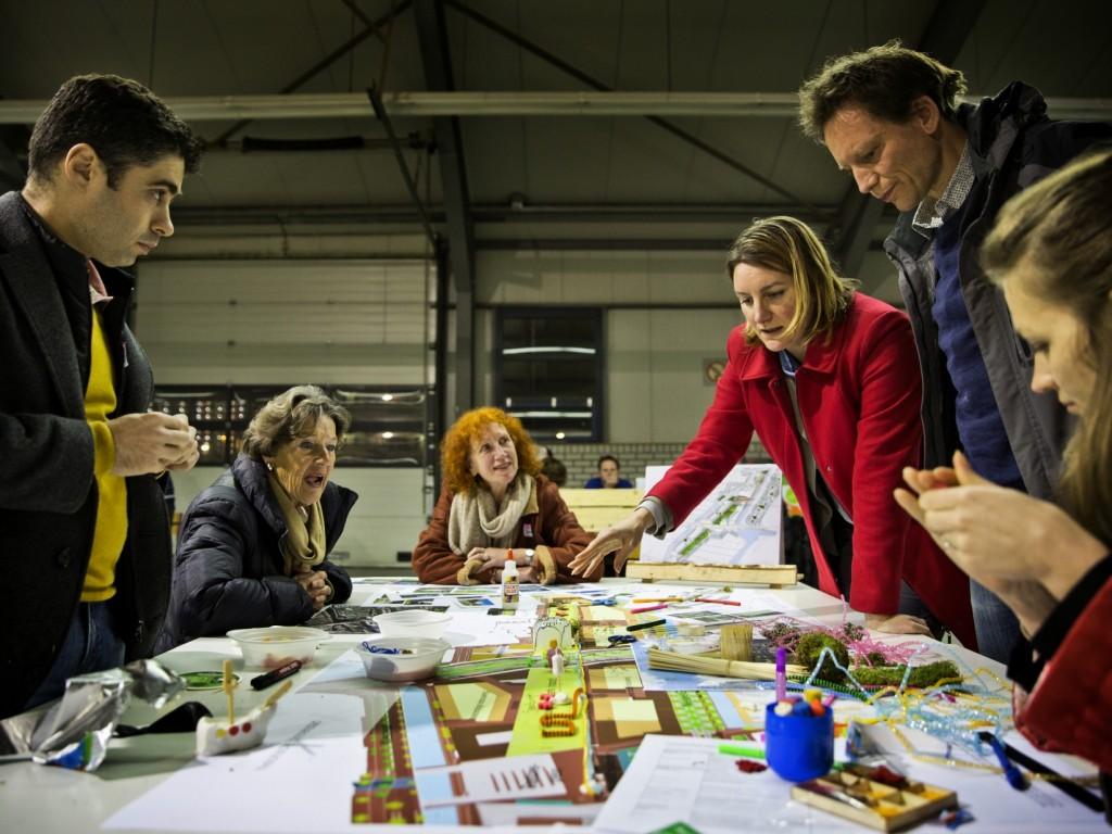 Foto van mensen rond een tafel