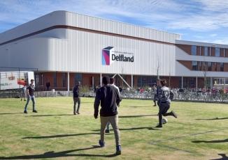 Foto van voetballende leerlingen voor het Delftland college