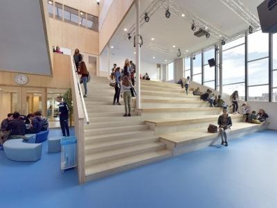 Foto van trappen in het Delftland college