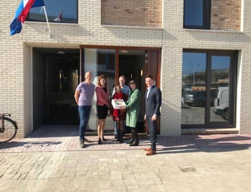 Wethouder Huijsmans feliciteert nieuwe bewoners Coendersbuurt