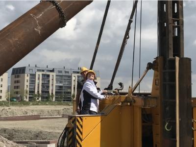 Foto: Martina slaat eerste paal verkeersbrug