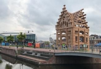 Foto kartonnen bouwwerk van een grachtenpand in Nieuw Delft