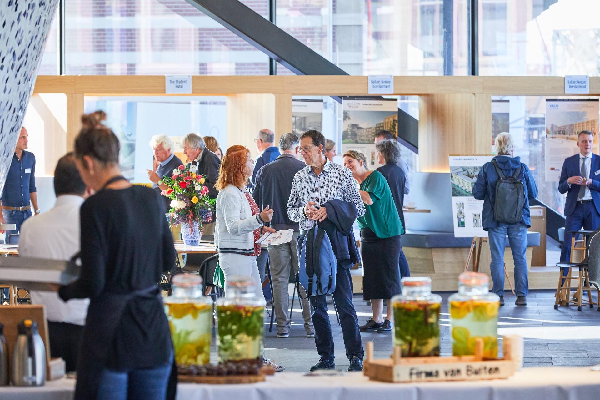 Mensen op de informatiemarkt 'Nieuw Delft presenteert'