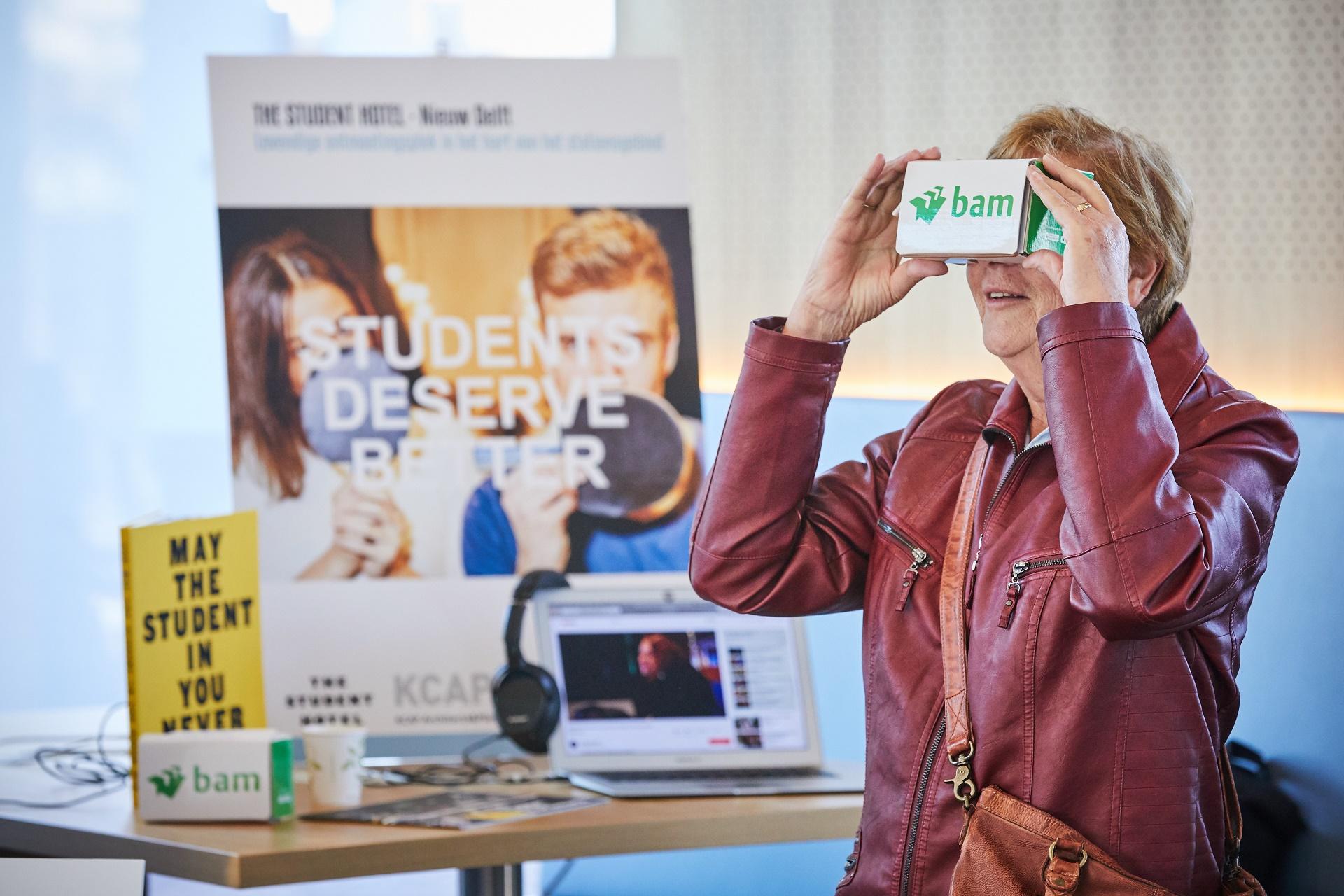 Vrouw met VRbril op tijdens Nieuw Delft presenteert