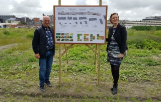 Twee personen bij een informatiebord over het park in Nieuw Delft