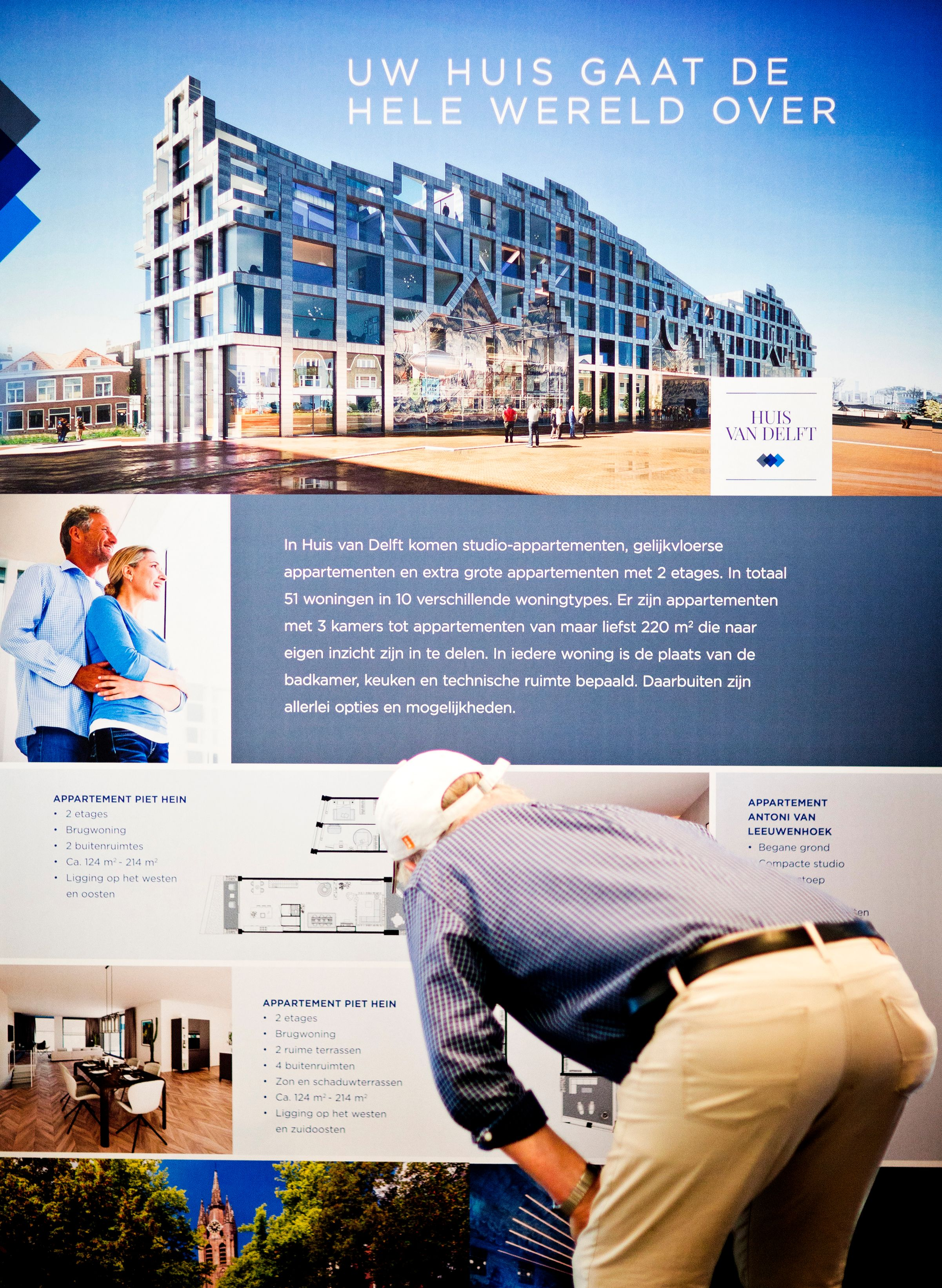 Man bekijkt poster tijdens Nieuw Delft presenteert