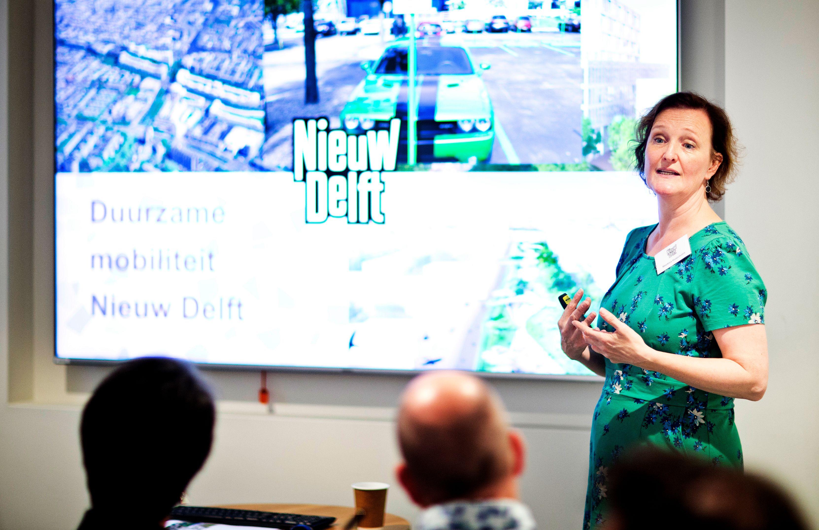 Wethouder geeft presentatie over Nieuw Delft