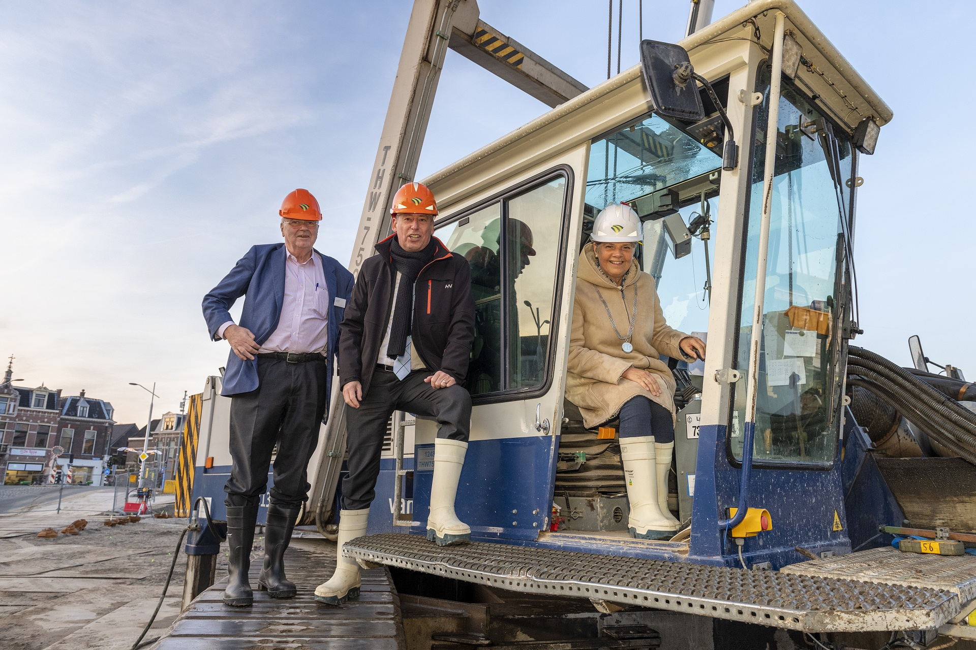 3 personen bij een kraan vieren van de start van de bouw van Huis van Delft