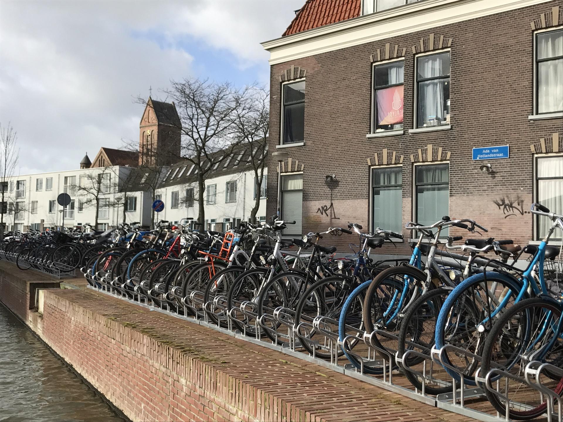 Foto van fietsen aan de Ada van Hollandstraat aan de rand van Nieuw Delft