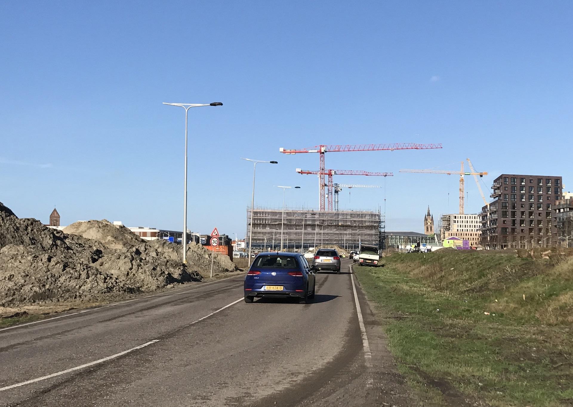 Foto van de nieuwe gracht met bouwkranen