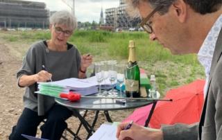 Wethouder en initiatiefnemer wooncooperatie ondertekenen ontwikkelingsovereenkomst