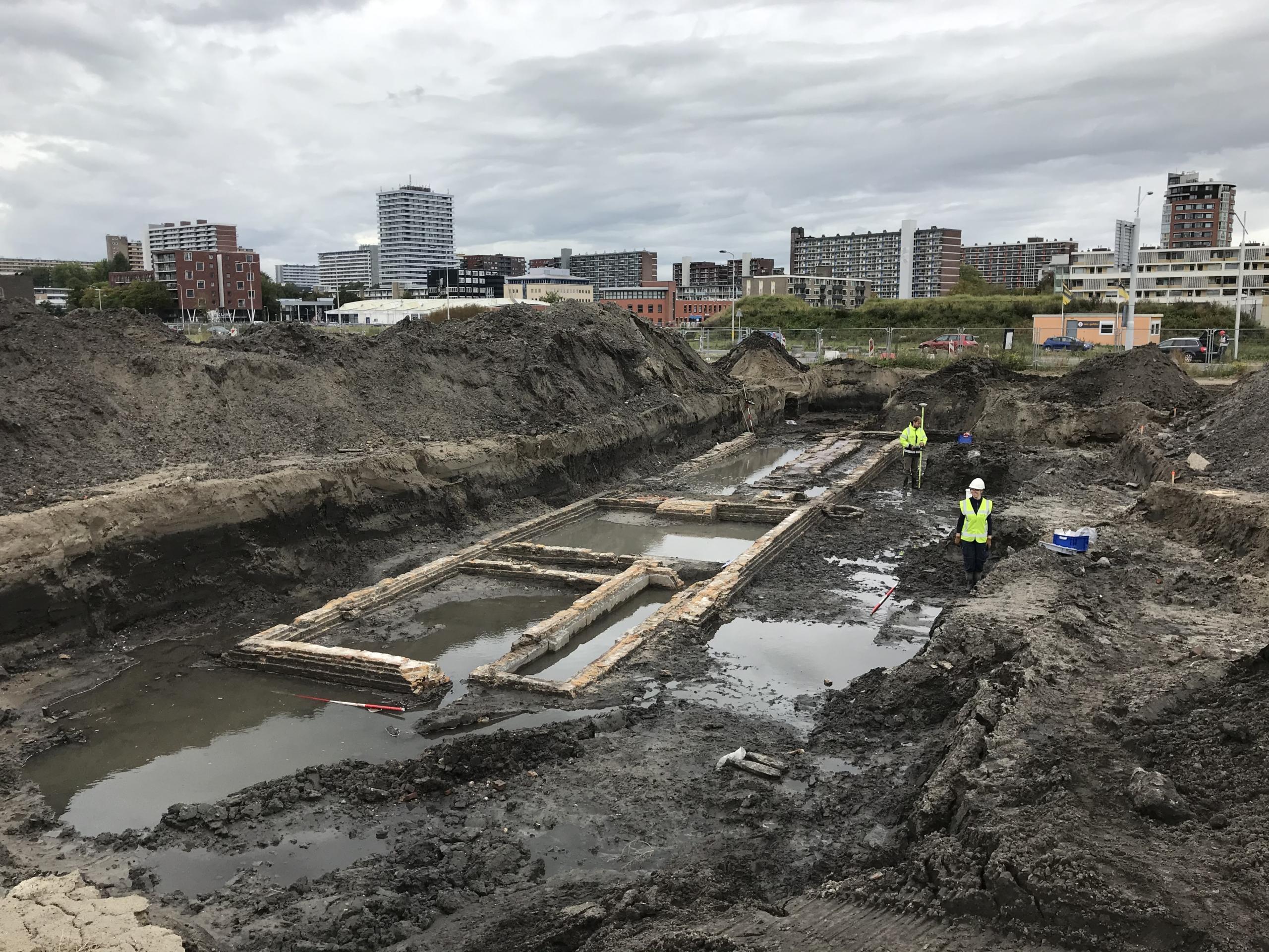 Resten van een fundering gevonden tijdens de archeologische opgraving in Nieuw Delft