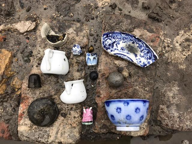 Een aantal vondsten van de archeologische opgraving waaronder scherven van servies.