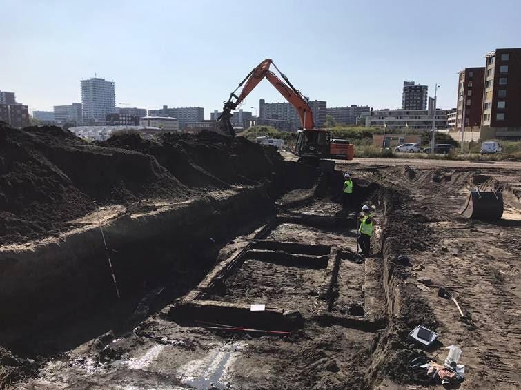 Graafmachine bij archeologische opgraving Nieuw Delft